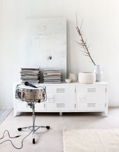 Styling: Marianne Luning | Photographer: Anna de Leeuw vtwonen april 2014 #vtwonen #magazine #interior #livingroom #basic #white #locker #drum #accessoires