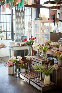 My floral shop design ideas. Casa Rock, Flower Shop Interiors, Boutique Deco, Flower Studio, Deco Floral, Store Displays, Collection Displays, Retail Displays, Merchandising Displays