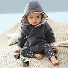 Ouatiné, il est très douillet avec sa capuche et sa doublure en jersey pur coton imprimé.