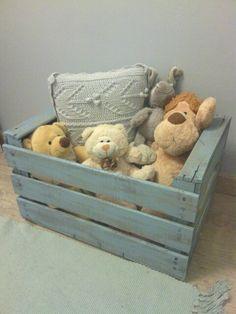 Caja de madera vieja pintada de azul, ideal para guardar juguetes.