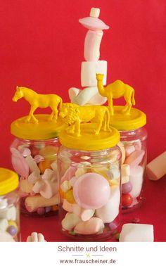 DIY Idee  Kindergeburtstag, Gastgeschenke bunt und fröhlich, geburtstagstüten,  Upcycling Weckgläser, Gläser Deko, Deckel mit Tieren bekleben und mit  Lack ansprühen, Geburtstag Mitgebsel Tüte DIY, Recycling von alten  Gläsern, coole Deko mit Plastiktieren, Marshmallow Geschenke,  #Gastgeschenke #Plastiktiere #Recycling Diy Recycling, Partys, Bunt, Birthday, Kid Birthdays, Favors, Repurpose, Creative, Basteln
