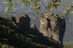 A görög Meteora monostorok a környékről kapták az nevüket. Az aszketikus életmódot választó keresztények évszázadokon keresztül sanyargatták magukat itt, de napjainkban már csak 5 monostor működik.