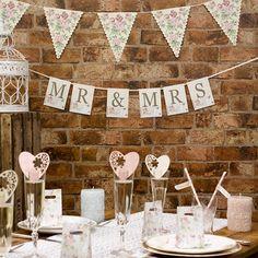 """Schilder """"Wedding Romance - Mr & Mrs"""" in Creme verleihen der Hochzeitslocation einen romantischen Touch"""