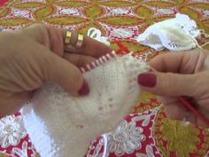 shirley diniz shared a video Stitch Patterns, Knitting Patterns, Crochet Simple, Baby Booties, Fingerless Gloves, Arm Warmers, Blog, Position, Aide