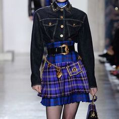 The Big Jewelry News From the Fall 2018 Collections - Versace Fall 2018 Look Fashion, 90s Fashion, Couture Fashion, Runway Fashion, High Fashion, Fashion Outfits, Womens Fashion, Fashion Design, Chanel Couture