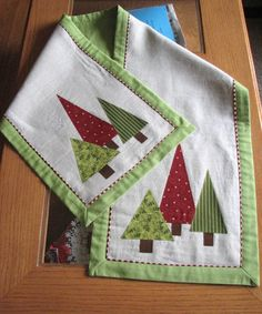 Pinner said -Cute Christmas table runner.love the folded red and white border inside the green border.I can use this idea on other quilts! Christmas Patchwork, Christmas Sewing, Christmas Projects, Holiday Crafts, Christmas Quilting, Christmas Trees, Christmas Decorations, Coastal Christmas, Purple Christmas Tree