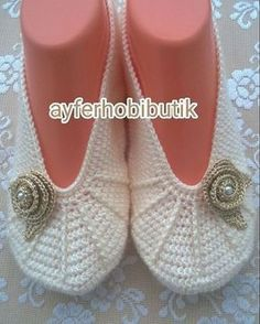 This Pin was discovered by İlk Crochet Beanie Hat, Crochet Boots, Crochet Baby Booties, Crochet Slippers, Love Crochet, Baby Knitting Patterns, Lace Knitting, Knitting Socks, Crochet Patterns