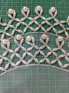 Mais um cobre jarra Hobbies And Crafts, Arts And Crafts, Crazy Quilt Stitches, Quilt Stitching, Ribbon Embroidery, Jewelry Patterns, Bead Weaving, Bead Crafts, Crystal Beads