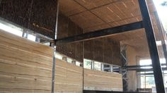 Construcción de las oficinas del Centro de Ecología Aplicada en Principe de Gales 6465, comuna de La Reina en Santiago de Chile.  Edificio de tierra construido con técnicas contemporáneas de tapial reforzado con dispersores sísmicos, tierra alivianada, quincha metálica y adobe en arcillas de colores.  Arquitecto y constructor: Marcelo Cortes 2010 - 2011