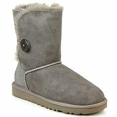 Para guardar los pies bien al calor a pesar del frío invernal, estos #botines #Ugg son ciertamente su mejor triunfo. ¡ De lana y borrega, adoptan un aspecto polar que luce con un slim o leggings! #zapatos #zapatosmujer
