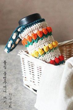 봄봄봄 물병에도 봄이 왔어요!! 알록달록한 튤립 물병주머니를 떠봤어요. 빨간 튤립노랑 튤립주황 튤립!! ... Crochet Case, Crochet Poncho, Love Crochet, Diy Crochet, Crochet Crafts, Crochet Stitches, Crochet Projects, Crochet Designs, Crochet Patterns