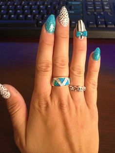 Oh man oh man it's hard to do my right hand. Tried stiletto nails. Acrylic bow . Nails . Blue sparkles .