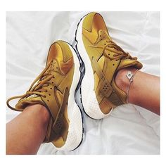 Le plus grand choix parmi des milliers de baskets femme. Cute Sneakers, Air Max Sneakers, Shoes Sneakers, Fashion Week, Look Fashion, Nike Huarache Women, Men's Shoes, Nike Shoes, Basket Mode