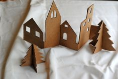 DIY: Craft an adorable Christmas village from recycled cardboard – Activité enfants – funcrafts Noel Christmas, Christmas Crafts, Christmas Decorations, Christmas Ornaments, Cardboard Christmas Tree, Deco Table Noel, Minimal Christmas, Diy Weihnachten, Christmas Inspiration
