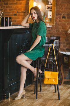 Ролики фото девушки на рельсах в колготках и платье попу