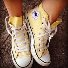 How to wear converse high tops with socks all star Ideas Sneaker Outfits, Converse Outfits, Converse Hightops, Yellow Converse, Yellow Shoes, Converse All Star, Converse Shoes High Top, Pastel Converse, Converse High Tops Colors
