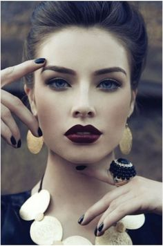 Dark lipstick back into fall makeup trends. The celebrities, fashion models, and women become more frequent lately daub dark lipstick color to display bold All Things Beauty, Beauty Make Up, Hair Beauty, Girly Things, Makeup Trends, Makeup Tips, Eye Makeup, Makeup Ideas, Makeup Eyebrows