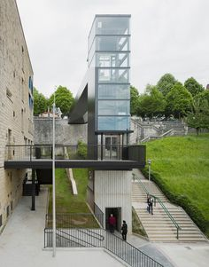 Urban Elevator and Pedestrian Bridge / VAUMM