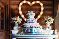 Um casamento elegante no campo, com luzinhas, lustre, DIYs, amor e carinho em todos os detalhes! Simplesmente de tirar o fôlego!