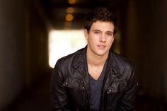 Does any one else think he looks like a mix between Sean Faris and Josh Hutcherson?