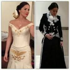 She looks hot 😍 Mexican Costume, Mexican Outfit, Mexican Dresses, Charro Outfit, Charro Dresses, Gala Dresses, Event Dresses, Wedding Dresses, Traditional Mexican Dress