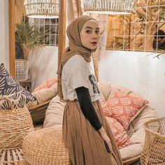 Tips mengenakan kaos pendek untuk hijabers – N&D – Hijab Fashion 2020 Hijab Casual, Ootd Hijab, Modest Fashion Hijab, Modern Hijab Fashion, Street Hijab Fashion, Hijab Chic, Girl Hijab, Muslim Fashion, Fashion Outfits