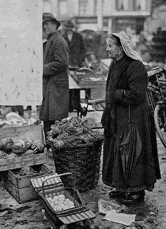 Gelderland, Rijk van Nijmegen. Nijmeegse Markt Bij V en D werden in de twintiger jaren de poffers gewoon in het warenhuis verkocht.