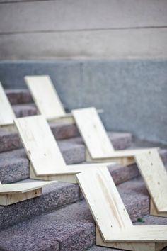 bancos de madera sobre escalera