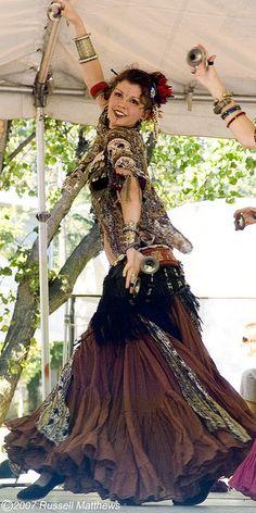 gypsy tribal - Cool for the Renaissance Faire! Baile Jazz, Dance Baile, Bohemian Gypsy, Gypsy Style, Bohemian Style, Tribal Style, Danza Tribal, Tribal Belly Dance, Line Dance