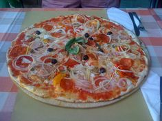 Radda in Chianti: Ganz einfacher aber sehr beliebter Laden. Wir mussten auch auf einen Tisch warten. Es gibt super leckere Pizza für 2 von Luigi! Roadtrip, Pepperoni, Quick Meals, Luigi, Super, Highlights, Pie, Food, Pizza