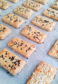 Estas galletas de queso sin gluten están riquisimas y crujientes, con un agradable sabor a queso. ¡Y no os digo el olorcito que deja en la cocina! Ingredientes para unas 30 galletas de 6×3 centímetros: [...]