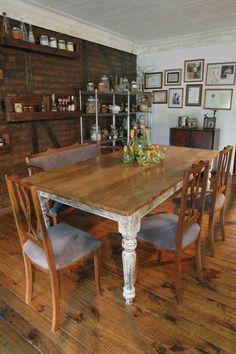 Una antigua mesa restaurada evoca los recuerdos más preciados del chef Guillermo Rodríguez, quien inició su carrera precisamente en esta mesa, en la residencial de su abuela en el Cajón del Maipo.