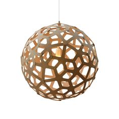 Suspension sphérique modèle médiumcomposée d'une structure en bambou naturel et d'un câble d'alimentation blanc.Cette suspension est faite de piècesde bois liées les unes aux autres par des...