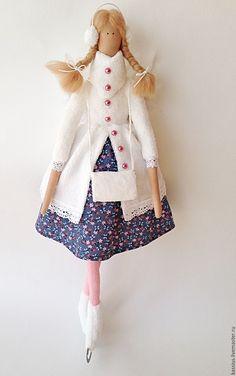 Купить или заказать Зимний ангел на коньках (Интерьерная кукла тильда) в интернет-магазине на Ярмарке Мастеров. Зимний ангел в меховой шубке. Одежда из высокачественного хлопка, шубка и муфта - искусственный мех. На спинке крылышки. Может самостоятельно сидеть. Возможно исполнение в цветовой гамме по вашему желанию. Чудесное зимнее украшение вашего дома!
