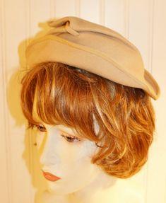 Ladies Vintage La Grande Maison De Blanc Cream Colored Felt Cocktail Hat Size Small