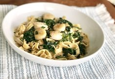 Spinach Scallops Over Gluten-Free Linguini - Cup Full of Coco Seafood Pasta, Fish And Seafood, Dinner Options, Mussels, Scallops, Lent, Clams, Pasta Dishes, Pasta Recipes