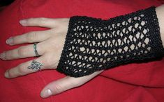 Free knitting pattern for Mrs Lovett's mitts, inspired by the movie Sweeney Todd. Knit flat on two needles, these mitts are great for the new lace knitter. Crochet Gloves, Thread Crochet, Crochet Yarn, Crochet Toys, Plus Size Patterns, Knitting Patterns, Knitting Projects, Crochet Projects, Crochet Ideas