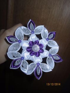 Одноклассники Diy Lace Ribbon Flowers, Ribbon Flower Tutorial, Cloth Flowers, Kanzashi Flowers, Ribbon Art, Satin Flowers, Diy Ribbon, Fabric Ribbon, Ribbon Crafts