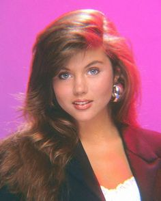 Tiffani Thiessen Young, Beautiful Women Pictures, Gorgeous Women, Tiffany Amber, Saved By The Bell, 80s Hair, Pretty Eyes, Girl Pictures, Cool Hairstyles