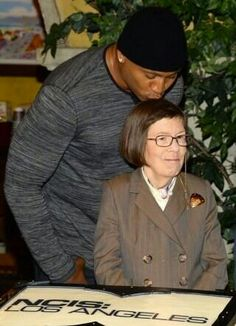 Cool J kisses actress Linda Hunt on the set of CBS' NCIS: Los Angeles while filming their episode on Aug. I like this show. Ncis Series, Serie Ncis, Tv Series, Best Tv Shows, Favorite Tv Shows, Movies And Tv Shows, Ncis Los Angeles, Hunt Photos, Eric Christian Olsen