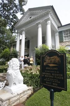 Graceland (home of the king of rock n roll) memphis tennesse USA. Not as big or as grand as I had assumed, and I liked it better that way. My traveling buddy, Bonnie, and I really liked it. Elvis Presley House, Graceland Elvis, Oh The Places You'll Go, Places To Travel, Wonderful Places, Beautiful Places, Memphis Tennessee, Memphis Usa, Memphis City