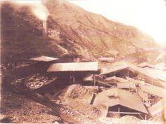"""Año 1890: Vista panorámica de la Oficina de Lixiviación de Plata y Cobre """"Pilancones"""", en Hualgayoc, Cajamarca - Perú, en que se producía Plata y Cobre ya metálicos de alta Ley. Nótese al fondo la casa habitación y a la izquierda arriba la chimenea en funcionamiento."""