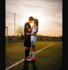 Romantic Boyfriend Girlfriend Pose Ideas for Photography - Creative Maxx Ideas Cute Soccer Couples, Football Couples, Sports Couples, Football Girls, Soccer Boyfriend, Boyfriend Goals Teenagers, Boyfriend Pictures, Soccer Girlfriend, Soccer Couple Pictures