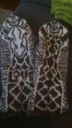 Giraff votter Giraffe, Gloves, Winter, Winter Time, Felt Giraffe, Winter Fashion, Mittens, Giraffes