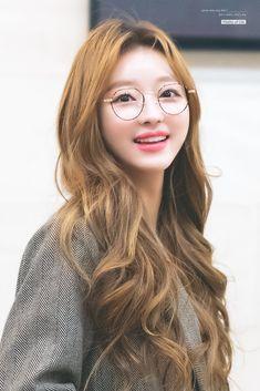 181117 Apgujung fan signing attended #ohmygirl #yooa Oh My Girl Yooa, Pretty Korean Girls, My Sunshine, Asian Beauty, Asian Girl, Kpop, Long Hair Styles, Female, Celebrities