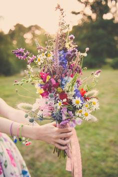 Wiesenblumen in einem lockeren Strauß arrangiert