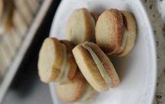 Pour préparer Biscuits fourrés à la vanille, préchauffer le four à 180 °c (th. 4). huiler ou beurrer deux plaques à four. tapisser de papier sulfurisé. graisser le papier.a l'aide d'un batteur électrique, battre le beurre et le sucre...