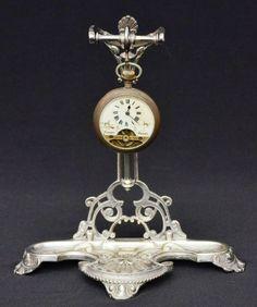 Lote constando de duas peças sendo suporte para relógio art nouveau em metal europeu espessurado à p