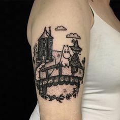Blackwork Moomins tattoo on the right upper arm Body Art Tattoos, Small Tattoos, Sleeve Tattoos, Tatoos, Arm Tattoos, Pretty Tattoos, Beautiful Tattoos, Awesome Tattoos, Moomin Tattoo