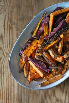 As the name suggests, these are carrots with honey and mustard. It's not a trick. My creative genius with naming my recipes is obviously dwindling. Anyway, I found loads of beautiful, colourf… World Recipes, Real Food Recipes, Vegan Recipes, Food Trucks, Dinner Today, Fried Vegetables, Healthy Sides, Honey Mustard, Beetroot